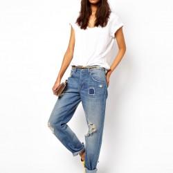 Beyaz Bluz İle Yamalı Kot Pantolon Kombinleri