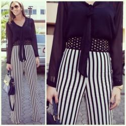 siyah fularlı bluz ve çizgili pantolonla yapılmış şık bir kombin