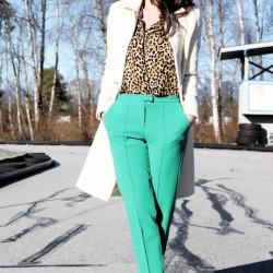 Desenli gömlek ve yeşil pantolon kombini