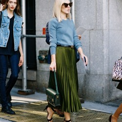 En Şık Sokak Modası Pileli Yeşil Etek Kombinleri