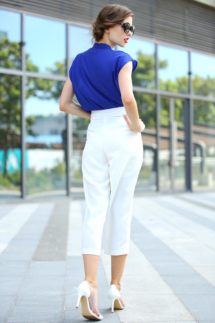 Beyaz pantolon ve saks mavisi bluz kombinleri