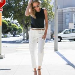 Kemer detayli beyaz pantolon ve siyah bluz kombinleri