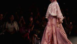 New York Moda Haftası Pelerin Detaylı Göz Alıcı Parlaklıkta Tesettür Kıyafet