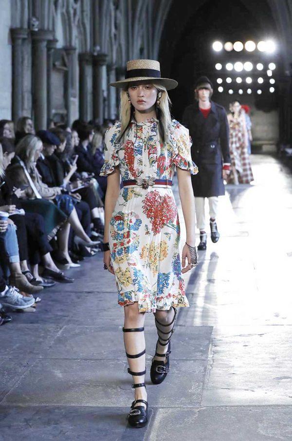 Baskılı Desenli Elbiseler Gençlerin Her Zaman Öncelik Verdiği Kombinler Arasında Yer Almaktadır