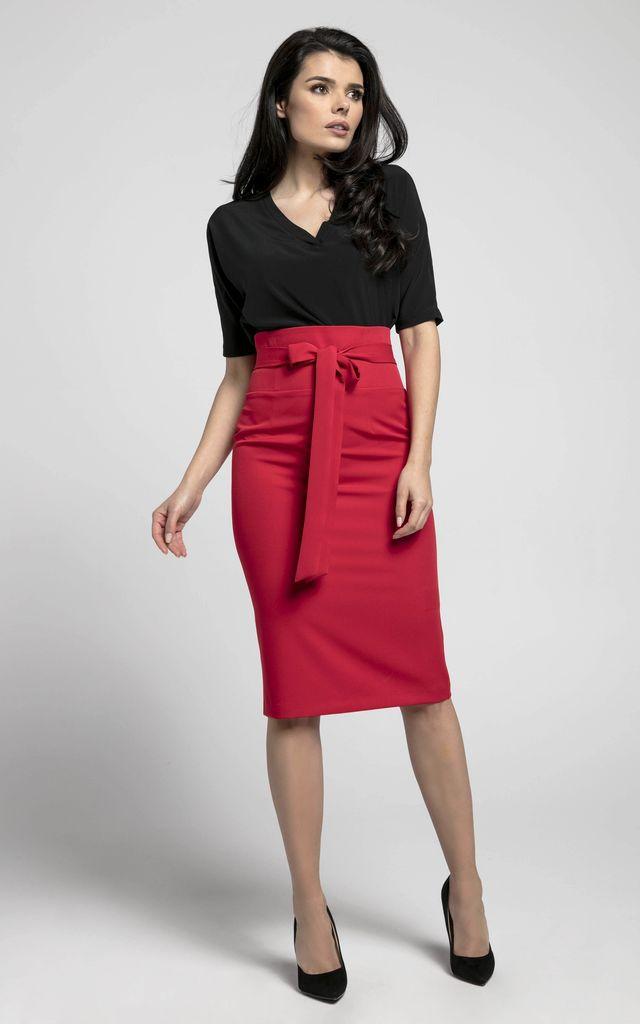 Yüksek bel kırmızı etek siyah bluz kombin