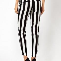 siyah beyaz pantolon-beyaz üst-siyah ayakkabı kombini
