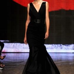 V Yaka Siyah Elbise Donna Karan 2015 İlkbahar-Yaz