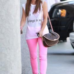 Sokak modası pembe neon pantolon kombinleri