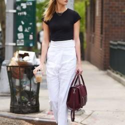 En şık yüksek bel beyaz pantolon ve siyah tisort kombinleri